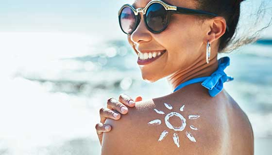 apply sunscreen - What to Wear When the Weather is Hot